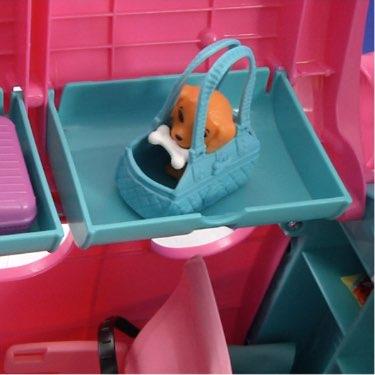 place carryon luggage in the overhead bin